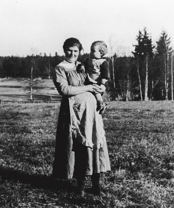 Det finnes ikke mange gamle bilder av gravide. Her ser vi en gravid mor i 1921.