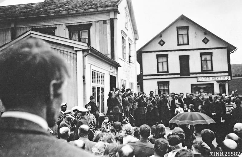 Fredsdagene mai 1945 i Tynset. Foto: Bergsvein Telneset / Musea i Nord-Østerdalen, nr 25582.