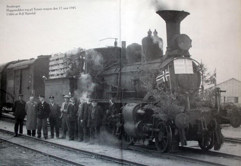 Fredstoget på Tynset stasjon 17. mai 1945. Foto fra Gamle Tynsetbilder 3.