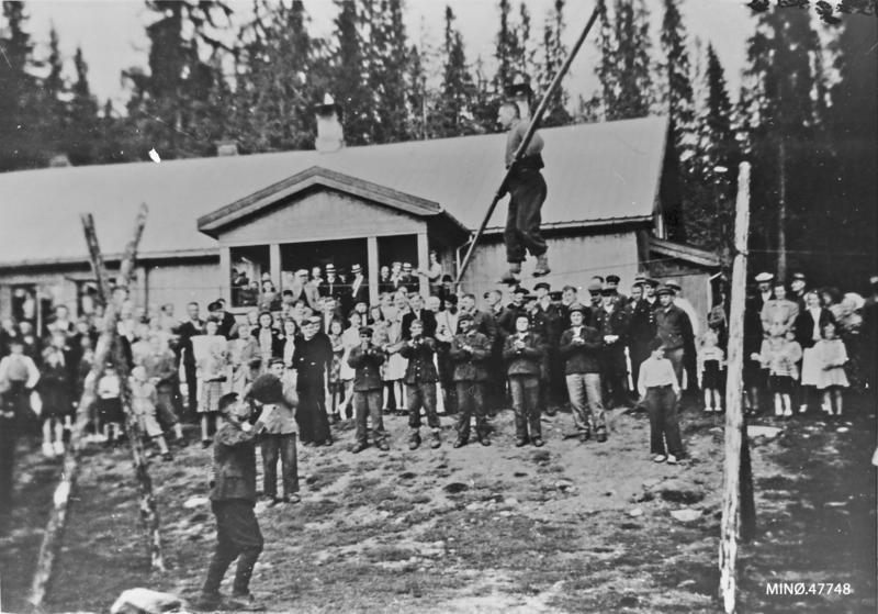 Russiske krigsfanger fra fangeleira på Løsset underholdt ved grendehuset Sjøvang på Sjølisand fredsvåren 1945, bl.a. med linedans. Foto: Thoralv Thorsteinsen / Musea i Nord-Østerdalen, nr. 47748.