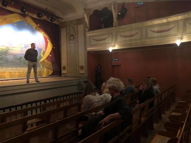 Viser formidler på teaterscenen som snakker til vidergående elever som sitter i salen (Foto/Photo)