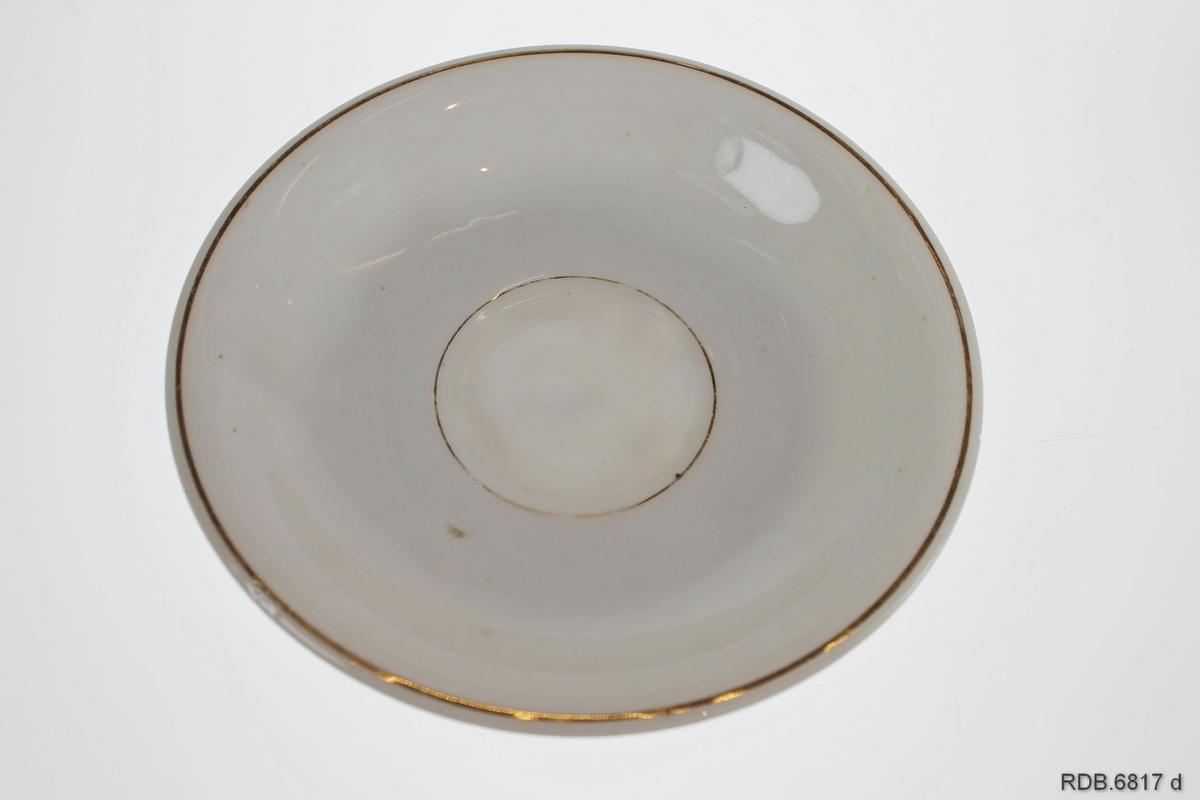 """Hvit kaffekopp med gulldekor i form av blomster og påskrift """"Til Fader"""". Gullkant øverst. Enkel skål med gullrand i bunnen og gullkant."""