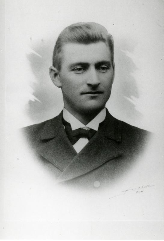 Portrett av en ganske ung mann med skjorte, sløyfe og jakke. (Foto/Photo)