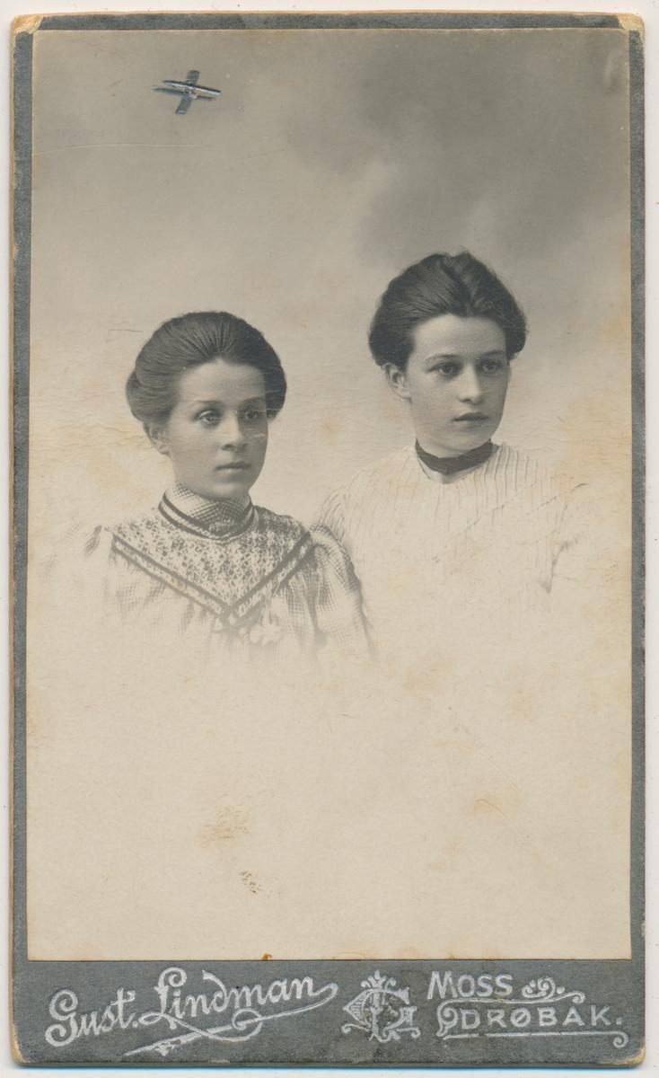 Portrett av to unge kvinner;Aslaug og Bergliot Hansen fra Frogn. Aslaug gift Ermesjø og Bergliot gift Sørensen på Gyltholmen Frogn. Informant Turid Kleven, Drøbak. Jentene er hennes fars søstre.