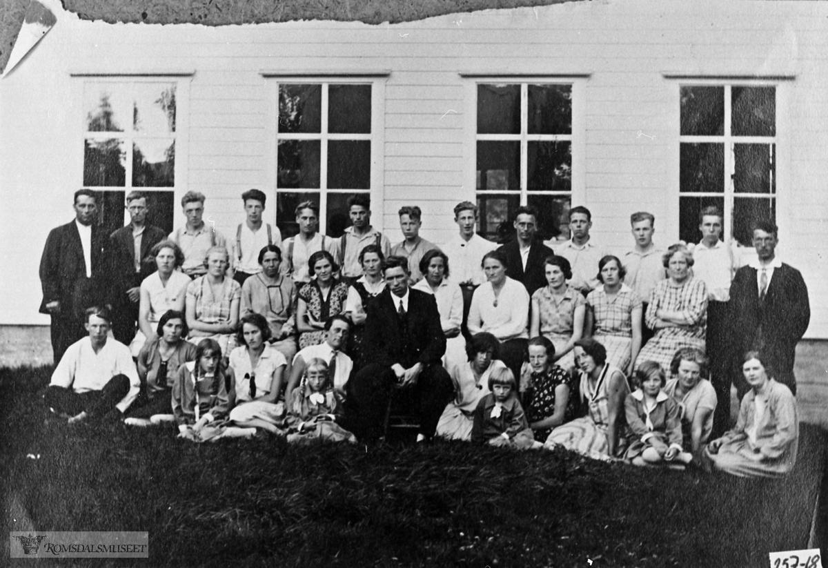 Arbeidere ved P.P. Rød Konfesjonsfabrikk på Rød i ca. 1930-32. .Fullstendig namneliste, sjå reg.kort nr. 4398.