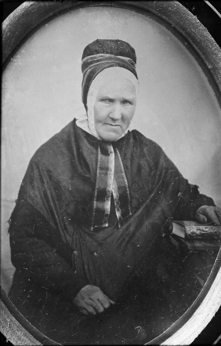 Avfotografering. Portrett, kvinne i folkedrakt. Drakt fra Sør-Østerdal. Doktor Sollids kopi. Pernille Melhagen (1783-1867) fra Åmot. Daguerreotypi.
