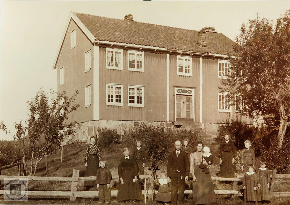 Familien Ågedal samlet på tunet på Bakka, Ågedal i Bjelland nå Audnedal..