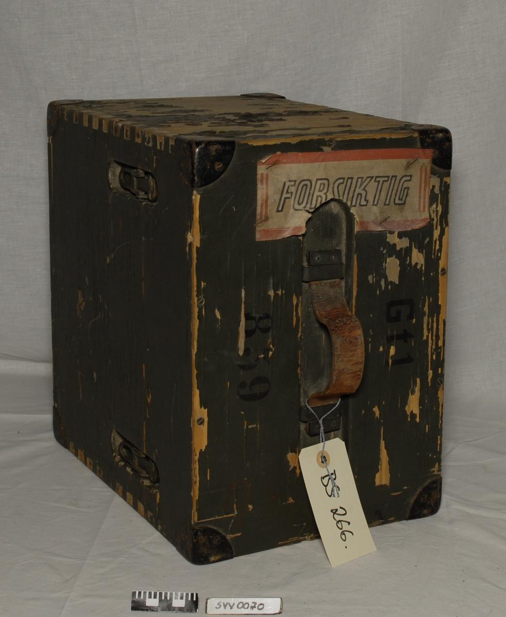 Teodolitt, ledning og kasse med lokk. Kassen er grønnmalt med metall hjørnebeskyttere og lærhandtak