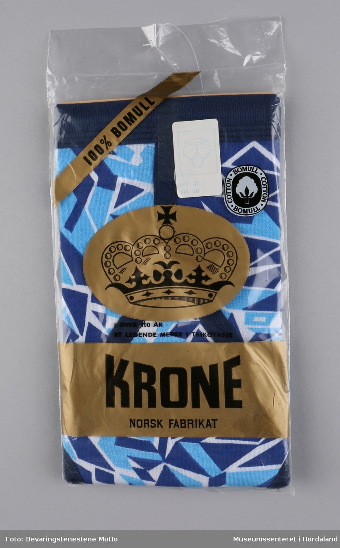 Strikka bomullstruse med blått og kvitt mønster. Str. 50. Krone-plagg produsert ved Salhus Tricotagefabrik i Salhus utanfor Bergen.