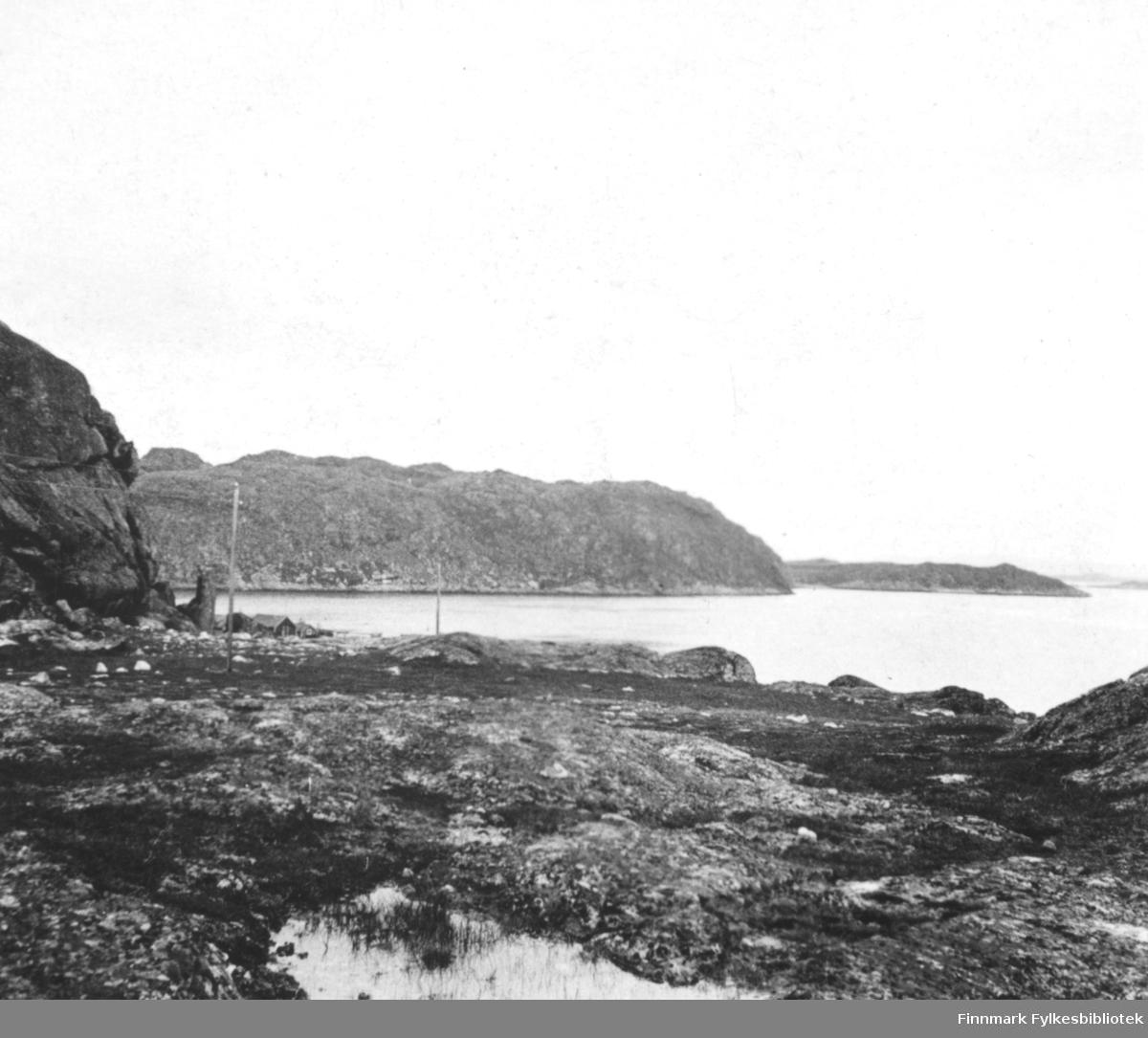 Landskapsbilde fotografert fra Adamsfjord? Bildet er fotografert med stereokamera, men bildeparene er ikke identiske. Begge bildene har samme motiv.