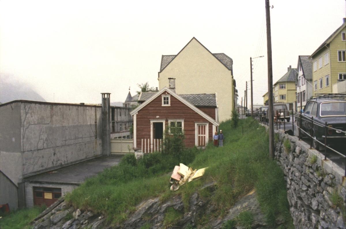 Fotodokumentasjon av et gammelt hus før riving i Øvre Strandgate, Ålesund.