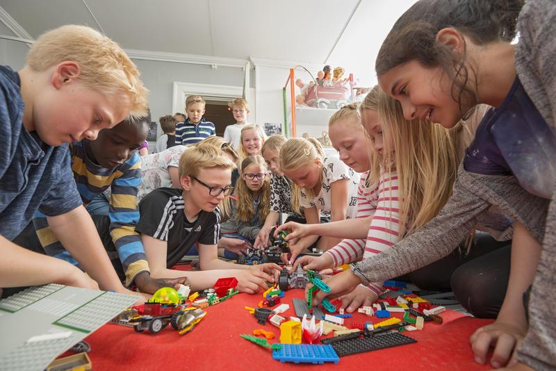 Skoleklasse leker med lego i leketøysutstilling (Foto/Photo)