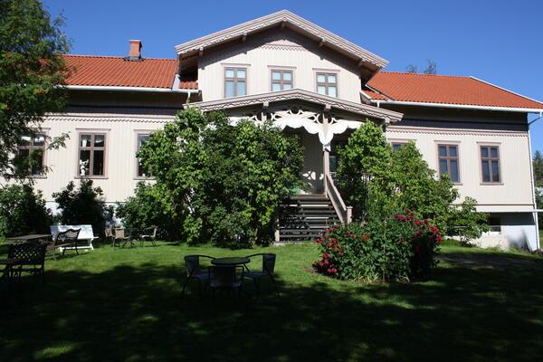 Kvinnemuseet med blomsterbed og sveitserstilveranda (Foto/Photo)