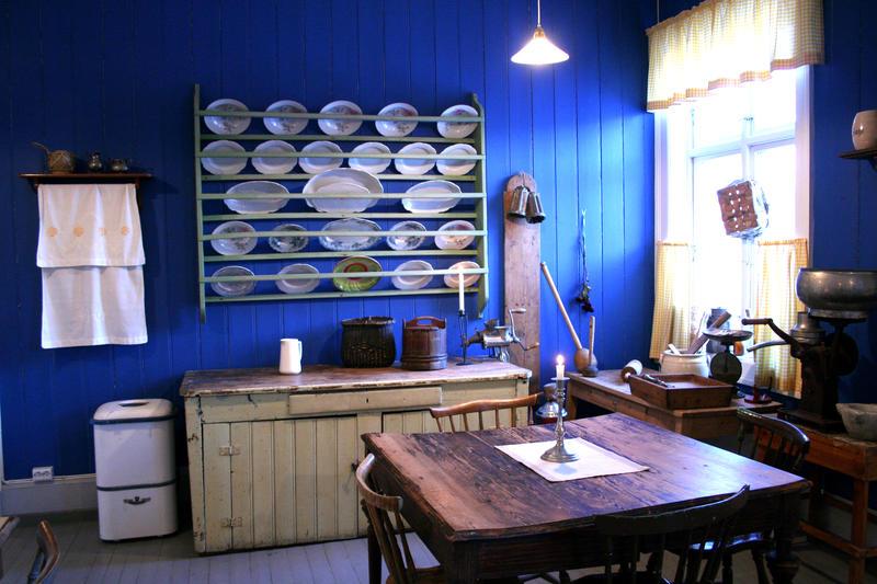Det blåmalte kjøkkenet i Café Dagny med kjøkkenutstyr fra tidlig 1900-tall