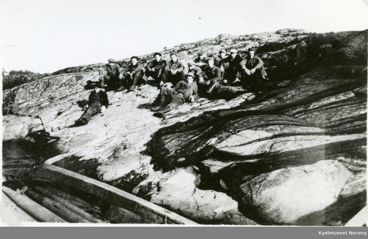 Flatanger, notbruk tørkes med ukjent mannskap liggende på berget