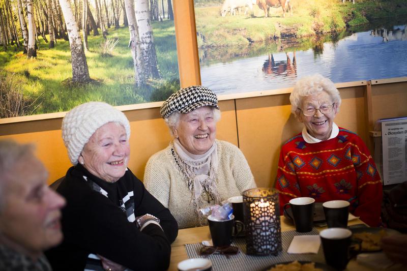 Foto av eldre mennesker som drikker kaffe