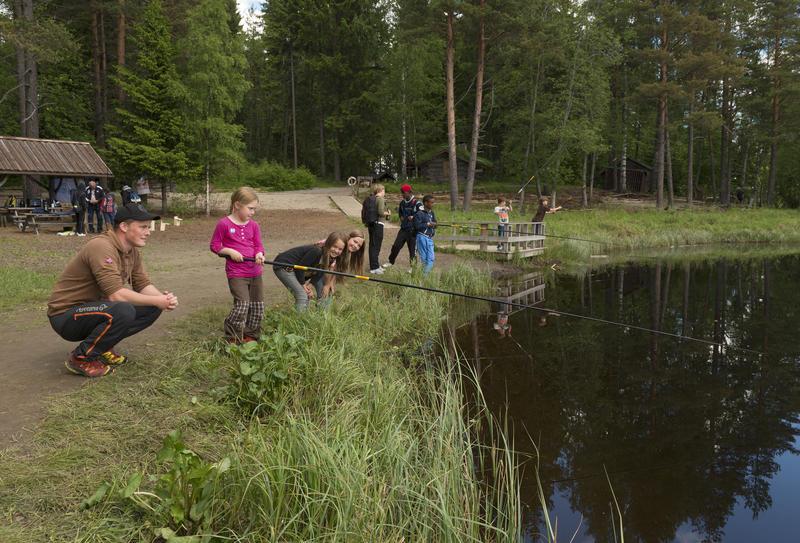 Barn fisker i fiskedammen på Prestøya under Skog og vann 2014 (Foto/Photo)