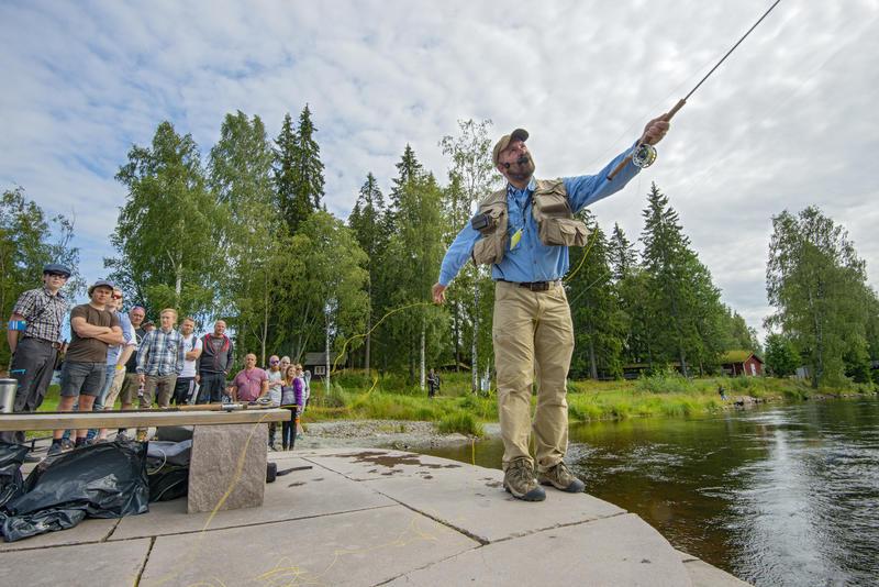 Tore Litlerè Rydgren demonstrerer fluefisketeknikker for publikum i Elveparken under De nordiske jakt- og fiskedager 2015. (Foto/Photo)