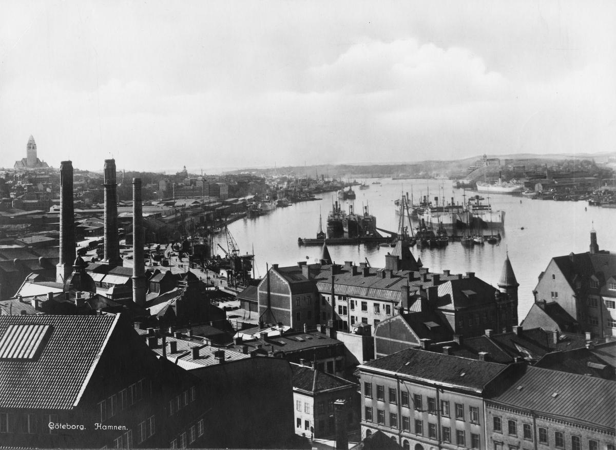 Vy över Göteborgs hamn. Till vänster Skeppsbron och Masthugget, till höger Hisingen med Götaviken.