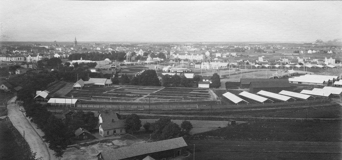 Industriutställningen i Örebro 1911. Utsikt över Örebro och utställningen. Bild från tidskriften Hemmets bildmaterial.