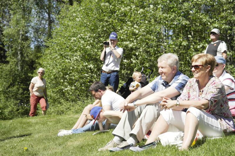 Publikum sitter i gressbakken ved scenen
