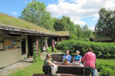 Vingelen_kirke-_og_skolemuseum_utendrs_servering_mat_folk_sommerkafe_Linda_Merkesdal.jpg