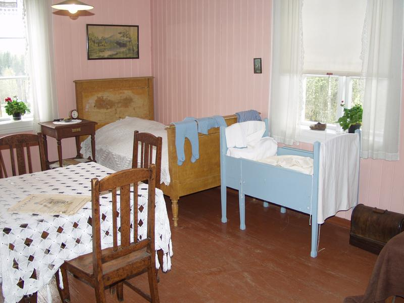 The living room in an apartment from the 30ties, where you can still see how the Klevfos worker and his family lived. (Foto/Photo)