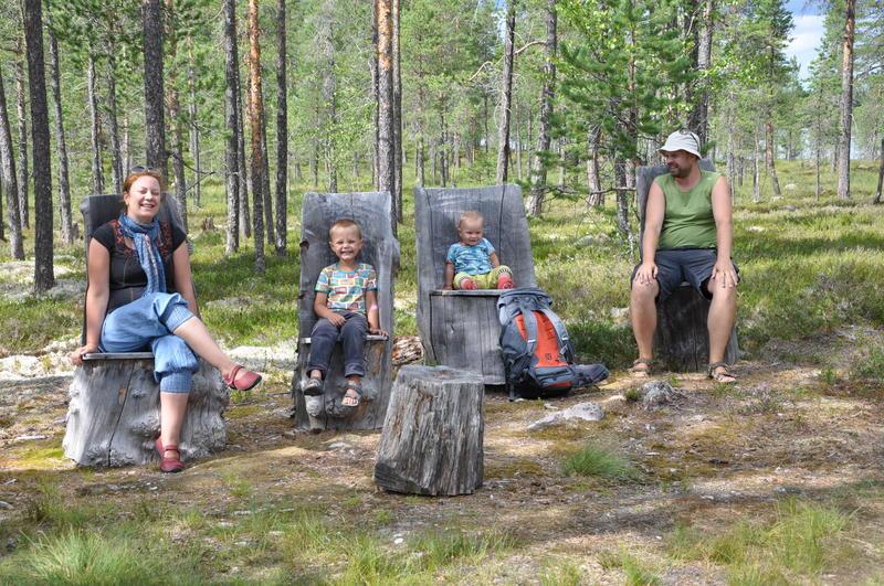 Familie på kubbstoler