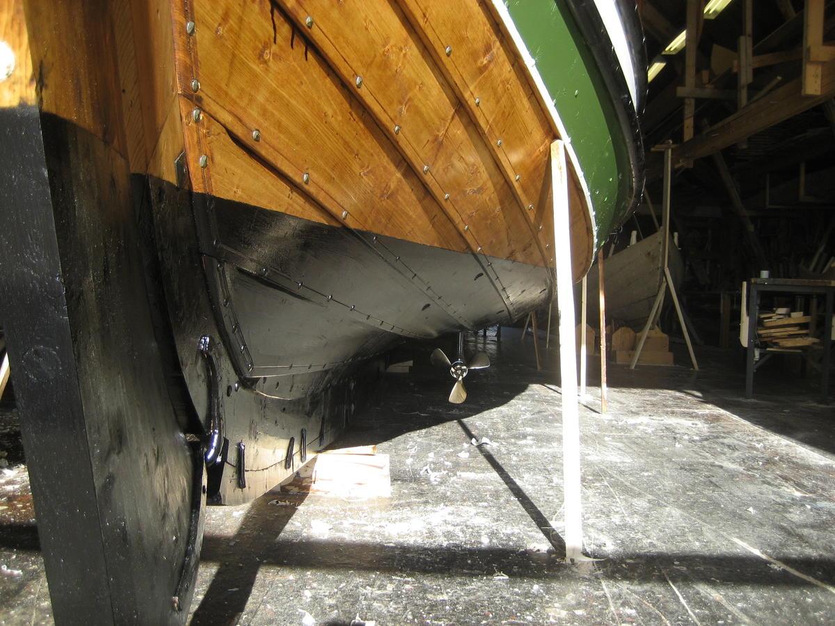 Dragens Vinge, bygd i 2009, med seildrev. Et annet alternativ er motorbrønn til påhengsmotor.