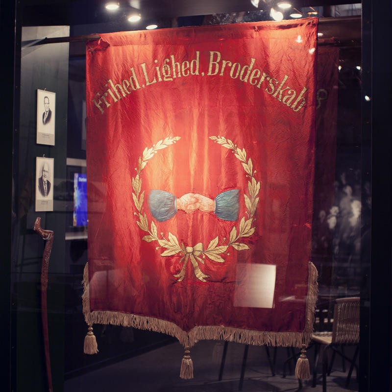 Løkken Grubearbeiderforening ble stiftet 14. juli 1907. En av fanene henger i utstillinga på Informasjonssenteret. (Foto/Photo)