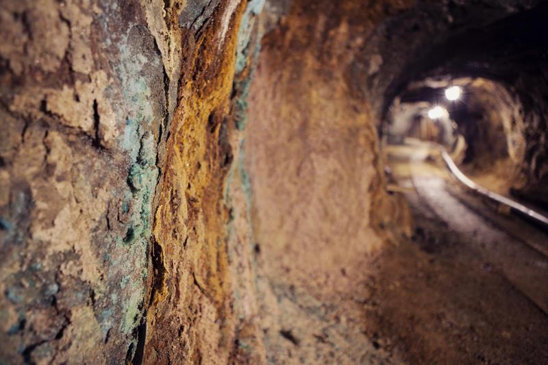 På bergveggen inne i Gammelgruva er det mange fine farger og formasjoner. Utfellinger av kobber får en turkis farge inne i fjellet.