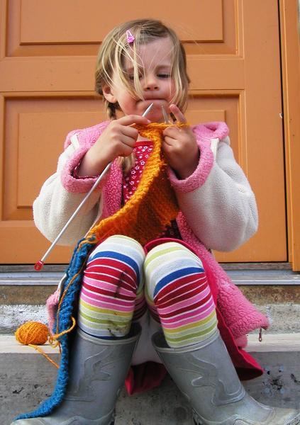 Jente som strikker. Foto/Photo