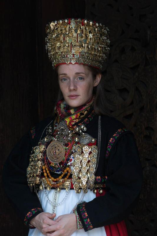 Brud med folkedrakt og krone (Foto/Photo)