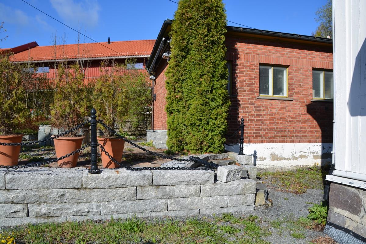 """Lommedalen automatsentral er oppført i rød murstein med pyramidetak. Den er typisk for de første sentralene fra 1920-årene og fram til andre verdenskrig. Stilen er funkis, og bygget er holdt i fine proposjoner. Planen måler 5,50 x 6,30 kvadratmeter og inneholder et vindfang med batterirom til siden og et stort velgerrom. Ytterveggene ser ut til å være 1 1/2 stein, mens innerveggene er av 1/2 stein. Fasadene er ubehandlet røde murstein. Inngangsdøren er opprinnelig av stående stav, lakkert eik med """"sparkplate"""" i metall nederst. Langsidene har hver tre to-rams vinduer. Bakveggen er uten åpning. Lommedalen automatsentral har dessuten et karakteristisk bånd med stein på høykant i overkant av vinduene. Huset er bygd på en støpt ringmur med et 10 cm armert betonggulv støpt opp på 2-lag papp og komprimert grus.  Huset er dekket med 20 cm kryssarmert betong med 10 cm påstøp på et lag med kork, som kan være brukt som isolasjon. Bygningen ellers er uisolert. Selve taket er en valmet (pyramidetak) trekonstruksjon tekket med sinkplate. Romhøyden er 2,92 m."""