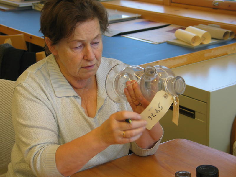 Apoteker Randi Rokstad merker apotekgjenstander (2012)