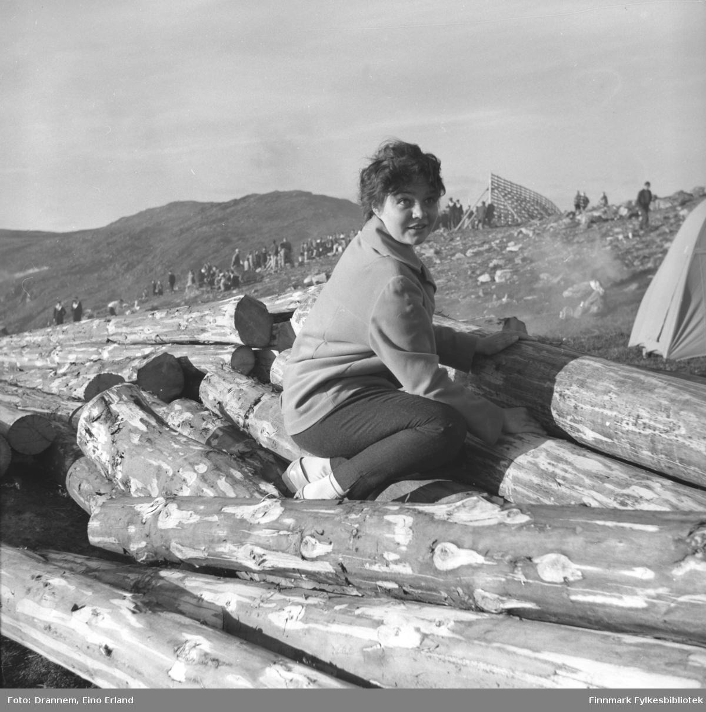 Maija, etternavn ukjent, fotografert på fjellet Salen i Hammerfest. Bildet er muligens tatt en St. aften.