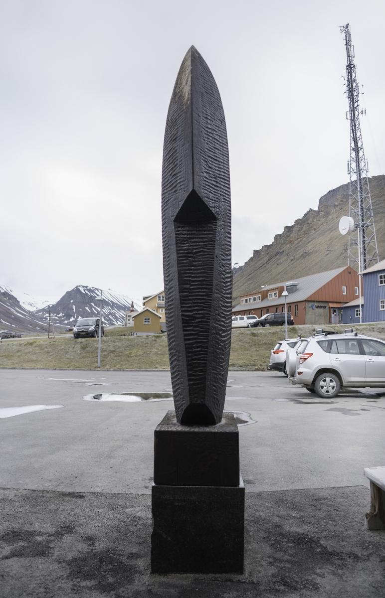 Skulpturen er montert på en sokkel som er todelt og består av sort Labrador marmordel (58x55x89cm) og en tredel (50x32x85cm).