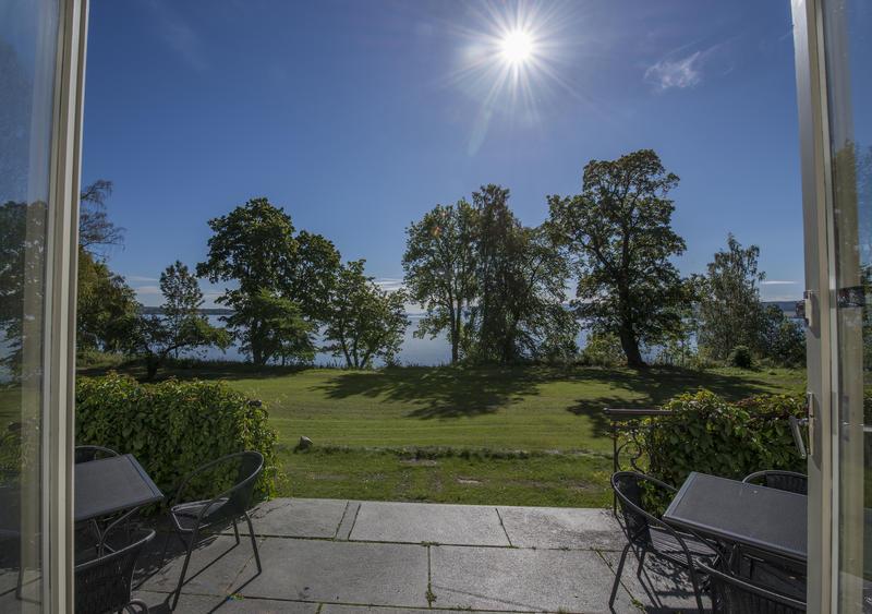Utsikten gjennom verandadøra i salongen. (Foto/Photo)