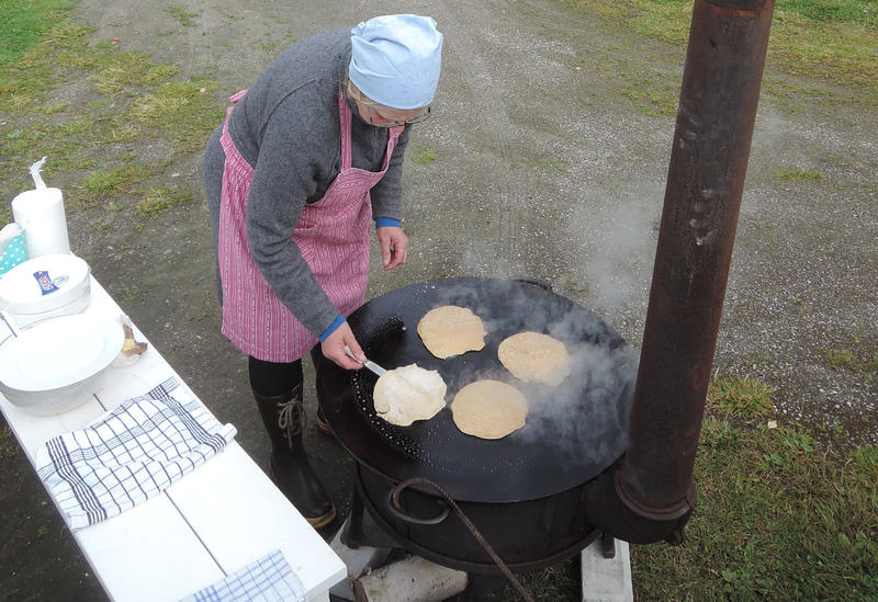 Takk-kakesteking ved Helga Reidun under Tynset-martnan. Foto: Per Arne Tollefshagen.