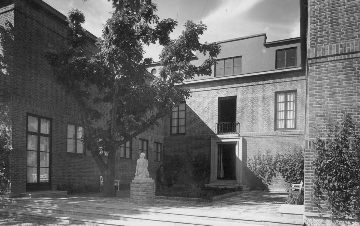 Trondheim kunstmuseums hovedbygning 1930, bakgården mot Vestfrontplassen og Nidarosdomen. Dette rommet ble forsvant da tilbygget sto ferdig i 1986. (Foto/Photo)