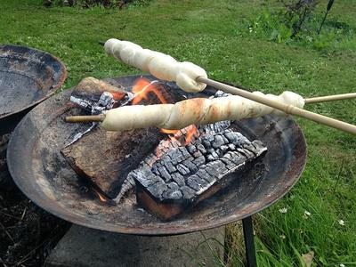 800px-Snobrd_twist_bread_stick_bread_campfire_bread_pinnbrod_pinnebrd_Stockbrot_2013-07-01_21-15.jpg