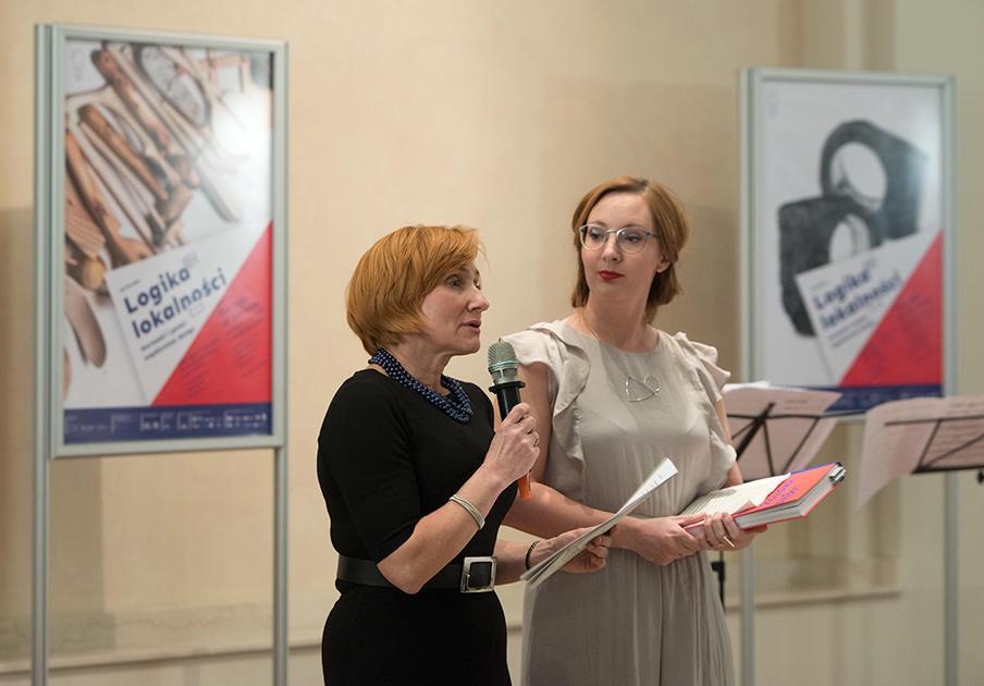 Utstillingens kuratorer, Dr. Monika Rydiger og Solveig Lønmo, holder åpningstale