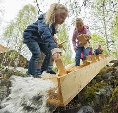 Skoleklasse på besøk hos Klevfos Industrimuseum, Løten 18/5 2016.