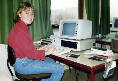 Jente med PC 80-tallet