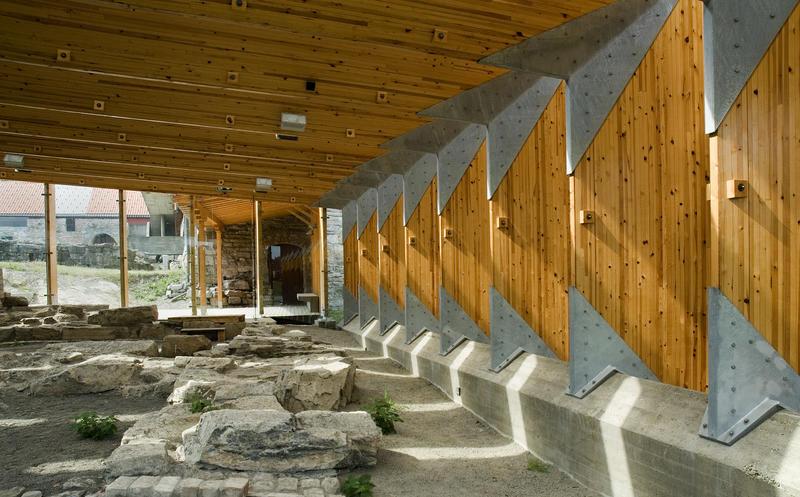 Vernebygg over ruinen etter nordtårnet i muren rundt biskopens gård. (Foto/Photo)