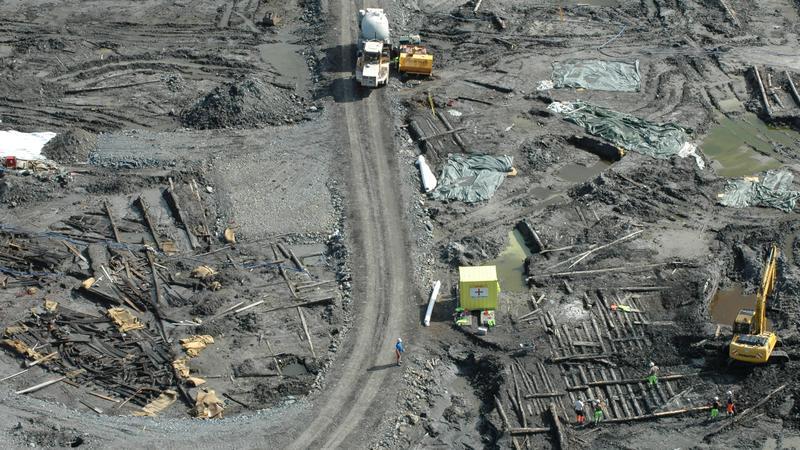 Fra utgravningen på Barcode-tomta i Oslo. Arkeologer, anleggsmaskiner, bolverk og båtvrak i skjønn forening.