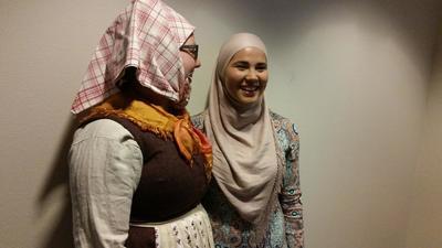 Iman Meskini (t.h.) og Kristine Lundsbakken under åpningen av Solør-hijab på Kongsvinger museum. Foto: Mona Holm/Kongsvinger museum (Foto/Photo)