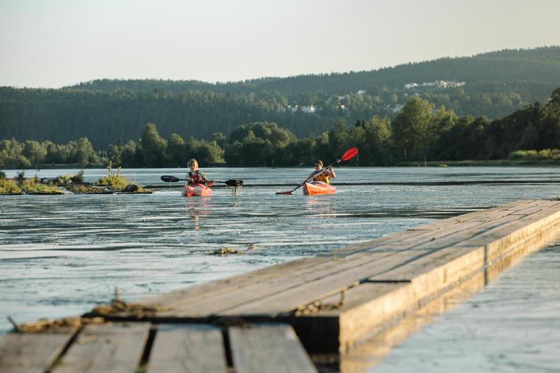 To personer padler i hver sin kajakk ved flåtegangene