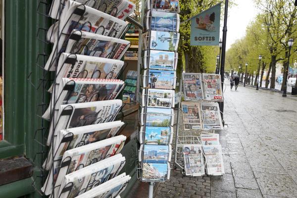 Aviser på Narvesenkiosken på Grandhjørnet. Foto/Photo