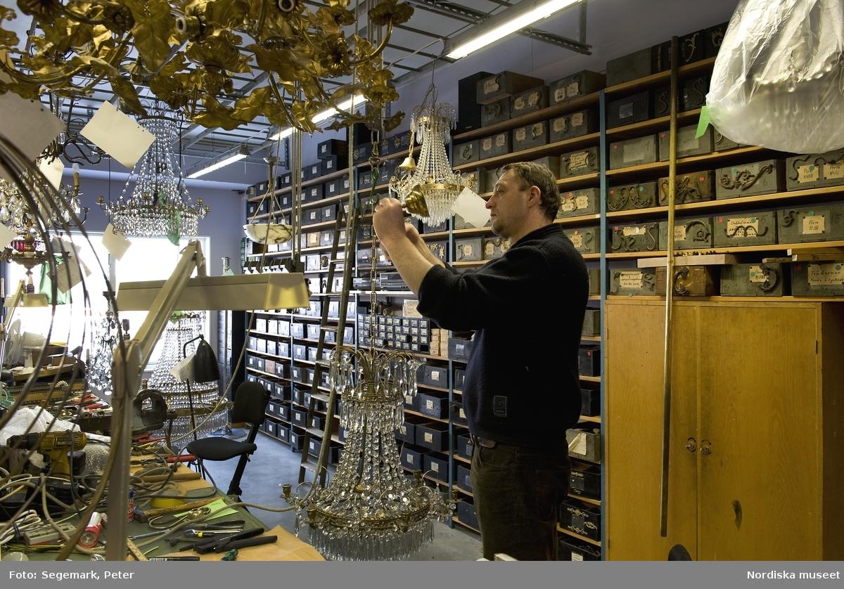 K.A. Jonsson Efterträdare, tillverkar och renoverar kristallkronor. Verkstaden i Länna, Stockholm. Arbetsmoment, personal; Jörgen Ollas, Ivan Novacic, Robert Ahlqvist. Malin Karlsson, intervjuaren.